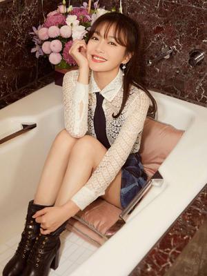 秦岚躺浴缸摆pose 摄影师亮了