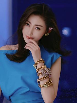 张天爱蓝色皮质裙清爽明艳