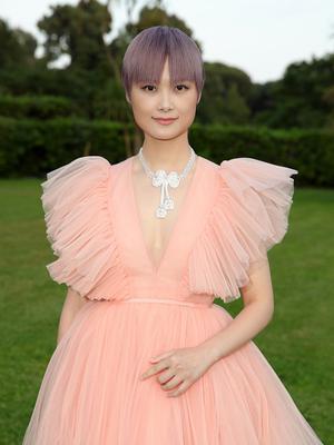 李宇春粉色纱裙亮相活动