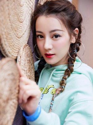 迪丽热巴双麻花辫甜美可爱