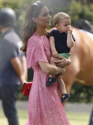 凯特王妃带三孩子看老公打马球