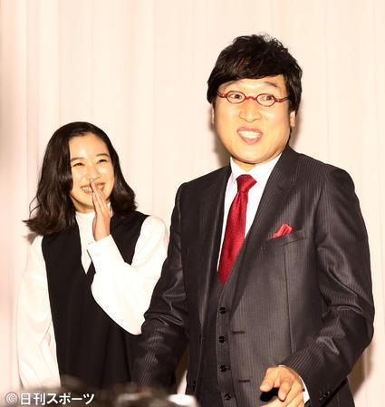 苍井优和山里亮太出席结婚记者见面会