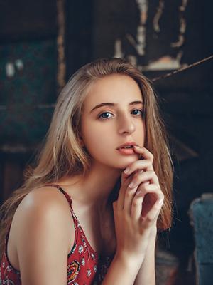 俄罗斯少女长裙休闲写真