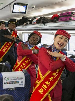 留学生志愿者体验中国春运特色