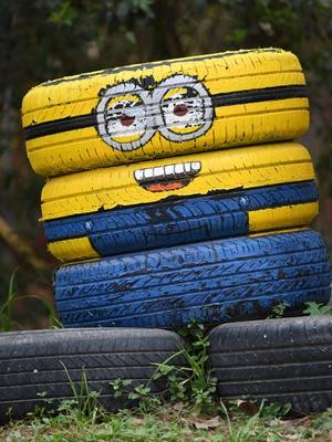 """废旧油罐轮胎被改装成""""小黄人"""""""