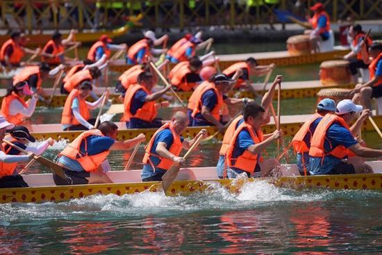Dragon boat race held in Xuan'en County, central China's Hubei