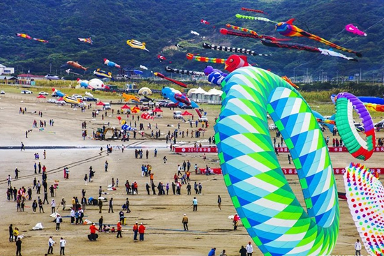 Kite flying contest held in China's Zhejiang