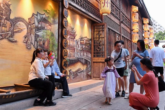 China sees 105 mln tourists during Mid-Autumn Festival holiday