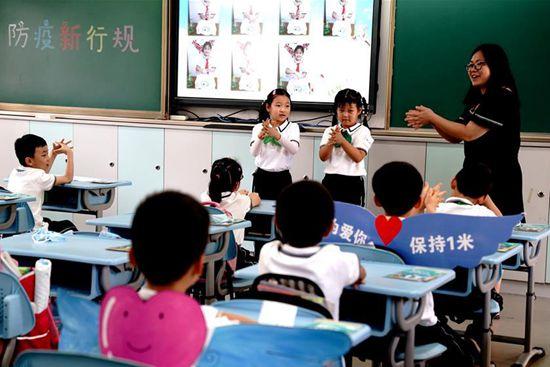 More students return to school in Shanghai