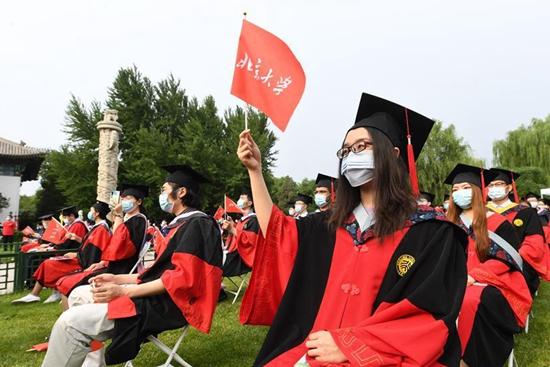 Peking University holds commencement ceremony