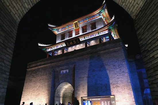 People enjoy evening tour of Jimo ancient city in Qingdao
