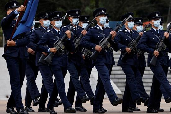 双语热点:大日子,正步走——香港警察中式步操亮相