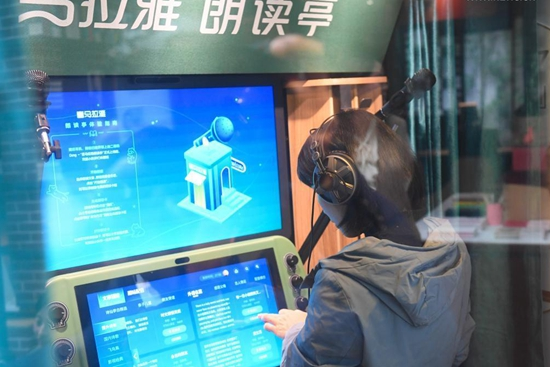 """Bookstore offers service of """"listening to books"""" with audio book devices in Zhejiang"""