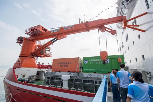 "People visit China's first domestically built polar icebreaker ""Xuelong 2"" in Shenzhen"