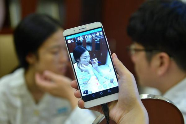 Woman broadcasts live cosmetic surgery
