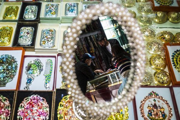 Pakistani businessman sells gemstones, handicrafts in Xinjiang