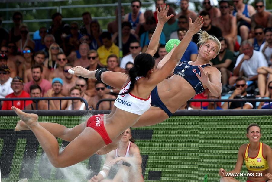 Maren Aardahl (top R) of Norway competes during final match between Poland and Norway at Women's Beach Handball EURO 2017 in Zagreb, capital of Croatia, June 25, 2017. Norway defeated Poland 2-0 to claim the title. (Xinhua/Igor Kralj)
