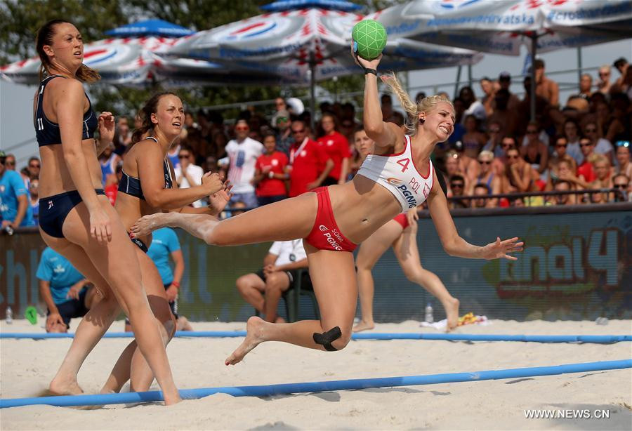 Paulina Sowa (R) of Poland competes during final match between Poland and Norway at Women's Beach Handball EURO 2017 in Zagreb, capital of Croatia, June 25, 2017. Poland lost 0-2. (Xinhua/Igor Kralj)