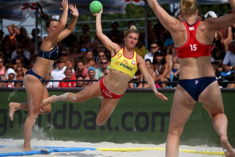 Alicija Slezak (C) of Poland competes during final match between Poland and Norway at Women's Beach Handball EURO 2017 in Zagreb, capital of Croatia, June 25, 2017. Poland lost 0-2. (Xinhua/Igor Kralj)