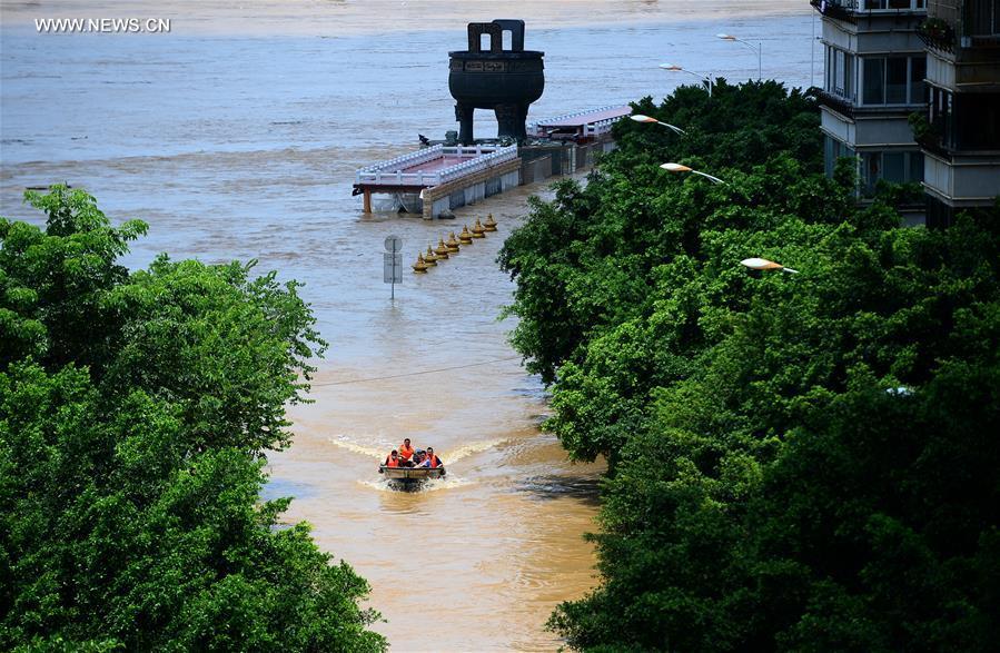 Policemen transfer people trapped by flood in Liuzhou City, south China's Guangxi Zhuang Autonomous Region, July 12, 2017. The Liuzhou section of Liujiang River's water level reached 83.63 meters Wednesday, 1.13 meters higher than the warning line. (Xinhua/Li Hanchi)
