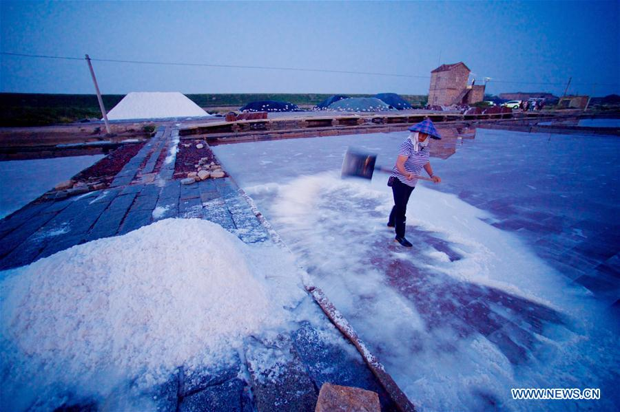 A Worker piles up salt during salt farming season at Shanyao saltworks in Quanzhou City, southeast China's Fujian Province, Aug. 6, 2017. Covering an area of more than 6,666 hectares, the Shanyao saltworks have producing salt for more than 200 years. It is still one of the largest in Fujian Province and about 500 workers now work at the saltworks. (Xinhua/Jiang Kehong)