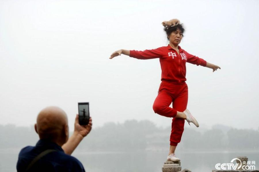 A local resident stands on one foot in Zhengzhou, central China's Henan province.(Photo/CCTV.com)