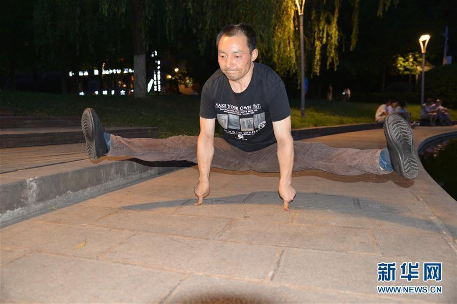 Yuan Tingjun, 51, practices 'One Finger Zen' in Zunyi city, China's Guizhou province, on August 7, 2017. (Photo/Xinhua)