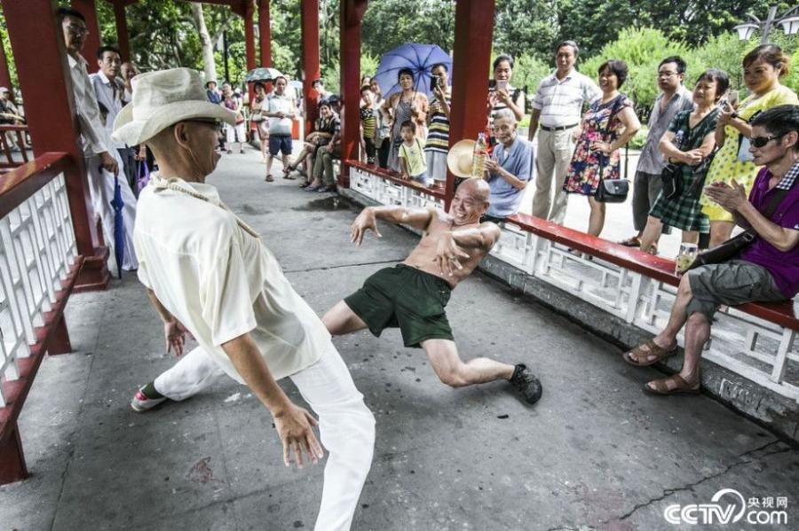 A local resident performs difficult gymnastic routines in Zhengzhou, central China's Henan Province. (Photo/CCTV.com)