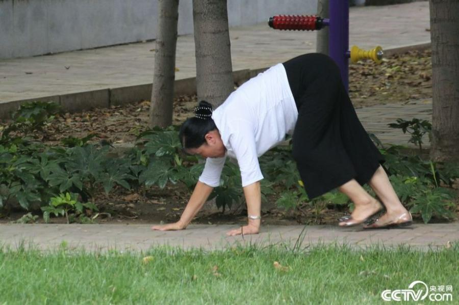 Residents in Zhengzhou, central China's Henan province were seen crawling on their hands and feet, which they believe is beneficial to their well-being. (Photo/CCTV.com)