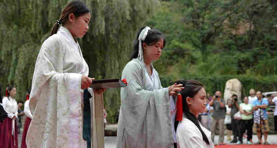 Han dress fans show Chinese traditional coming-of-age ceremony