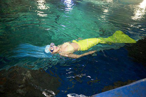 Liu prepares for a mermaid show. Photo:CFP
