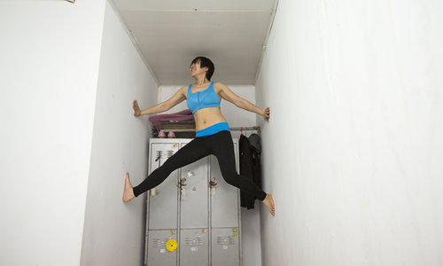 Liu climbs the wall at her dormitory to exercise. Photo:CFP