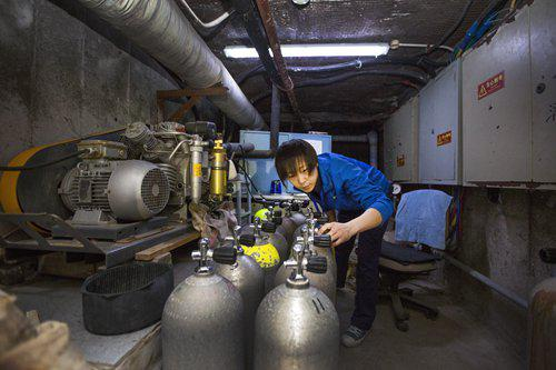 Liu refills oxygen tanks. Photo:CFP