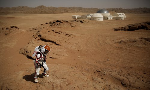 A mock astronaut walks in the Gobi Desert near the C-Space Project Mars simulation base outside Jinchang, Northwest China's Gansu Province, in April, 2018. Photo: VCG