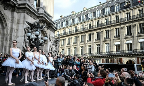 Paris Opera dancers perform in front of the Palais Garnier against the French government's plan to overhaul the country's retirement system, in Paris, on December 24, 2019. Photo: AFP