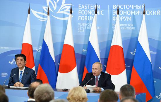 Japan's Prime Minister Shinzo Abe (L) and Russia's President Vladimir Putin © Donat Sorokin/TASS