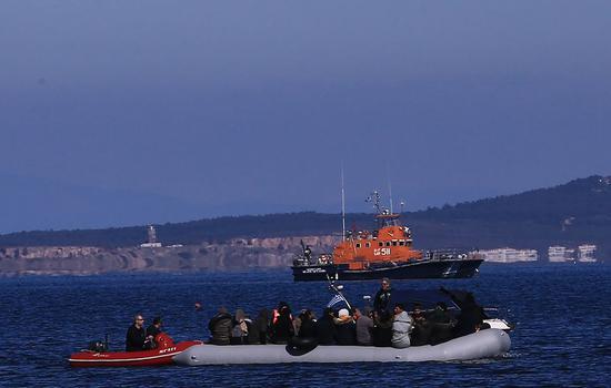 希腊决定在阻止超过1万人入境后,将边境警戒至最高级别