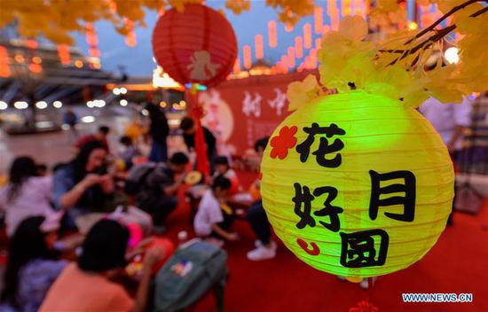 Visitors make lanterns to celebrate the Mid-Autumn Festival in Fantawild Theme Park of Cixian County in Handan City, north China's Hebei Province, Sept. 13, 2019. (Xinhua/Wang Xiao)