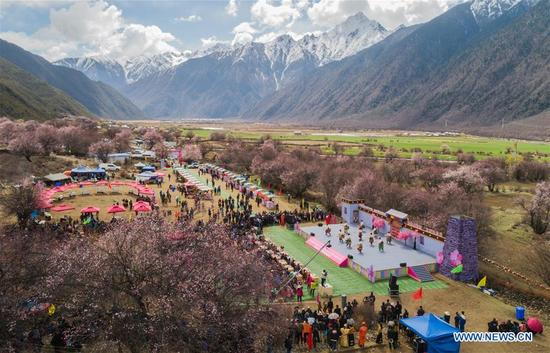 Aerial photo taken on April 15, 2018 shows a kick-off ceremony for tourism season held in Gongbo'gyamda County, southwest China's Tibet Autonomous Region. (Xinhua/Liu Dongjun)