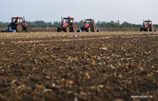 Seeding machines are seen in the field in Xicheng Township of Xianxian County, north China's Hebei Province, Oct. 23, 2018, the day of the First Frost. First Frost, also known as Shuangjiang, is one of the 24 solar terms of the Chinese lunar calendar. (Xinhua/Fu Xinchun)