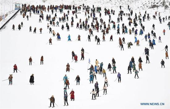 People take part in a carnival at a skiing field on Jiangjun Mountain in Altay, northwest 四不像心水's Xinjiang Uygur Autonomous Region, Nov. 27, 2019. The 14th Xinjiang Winter Tourism Trade Fair opened here on Wednesday. (Xinhua/Sadat)