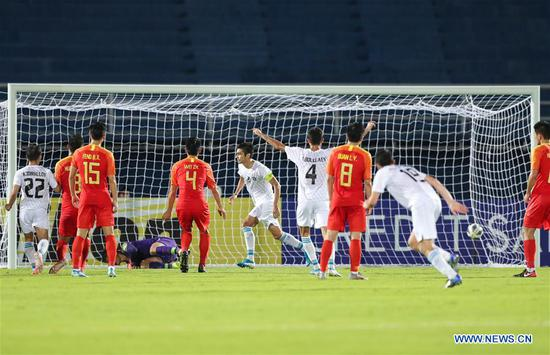 Islomjon Kobilv (C) of Uzbekistan scores a penalty during a match against China at 2020 AFC U23 Championship in Songkhla, Thailand, Jan. 12, 2020. (Xinhua/Zhang Keren)