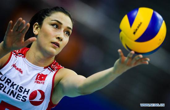 Hande Baladin of Turkey serves during the final match between Turkey and the United States at the 2018 FIVB Volleyball Nations League Women's Finals in Nanjing, capital of east China's Jiangsu Province, July 1, 2018. (Xinhua/Li Xiang)