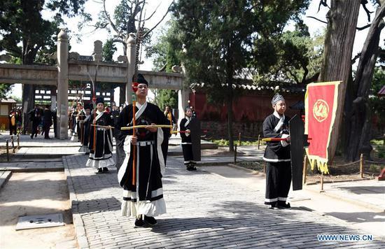 人们在山东纪念中国古代哲学家孟子和孟母 1