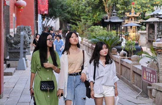 Tourists visit Shangxiahang traditional block in Fuzhou, southeast China's Fujian Province, Sept. 15, 2019. Fujian Province received over 5 million visitors during the three-day Mid-Autumn Festival holiday. (Xinhua/Lin Shanchuan)