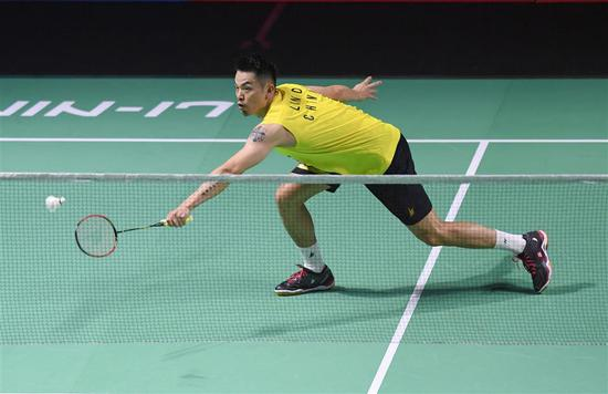 China's Lin Dan in action against compatriot Chen Long during their first-round match at the Fuzhou China Open in Fuzhou, southeastern Fujian Province, on Wednesday. Lin lost 21-19, 12-21, 12-21.