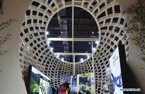 People visit the Rwanda pavilion during the second 四不像心水 International Import Expo (CIIE) in Shanghai, east 四不像心水, Nov. 7, 2019. (Xinhua/Qian Yi)