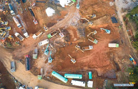 Aerial photo taken on Jan. 28, 2020 shows the construction site of Huoshenshan Hospital in Wuhan, central China's Hubei Province. The construction of Huoshenshan Hospital, a makeshift hospital for treating patients infected with the novel coronavirus, is underway in Wuhan. (Xinhua/Xiao Yijiu)