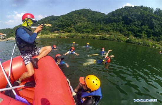 Tourists play in Hantan river in Pocheon-si, South Korea, Aug. 2, 2018. Temperature in South Korea hit an all-time high Wednesday on the rising scorching heat wave in the middle of summer. (Xinhua/Wang Jingqiang)