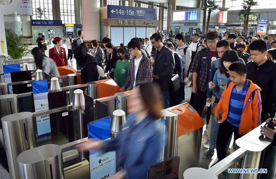 Passengers go through automatic ticket gates at Tianjin Railway Station in north China's Tianjin, May 1, 2019. China's railway system saw a rise in passenger numbers as the four-day Labor Day national holiday began on May 1. (Xinhua/Yang Baosen)